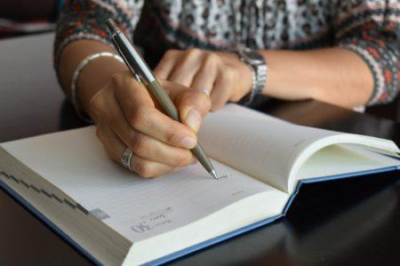 Manos de mujer de 46 años escribiendo en agenda