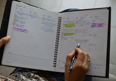 manos de mujer de 51 años escribiendo en agenda