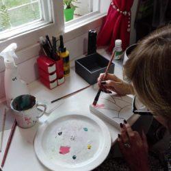Activa50 mujer pintando