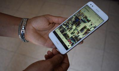 Manos de mujer de 43 años con celular