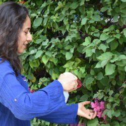 mujer de 45 años haciendo jardineria Activa50